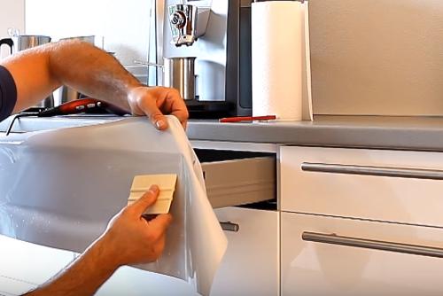Oorzaak en oplossing van loslaten folie op keukenkastjes